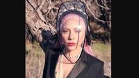Lady Gaga mengenakan face shield rancangan Rinaldy Yunardi untuk pemotretan Majalah InStyle. (dok. Instagram @rinaldyyunardiofficial/https://www.instagram.com/p/B-vgHNJjRRZ/Dinny Mutiah)
