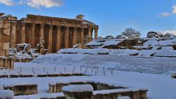 Salju menutupi kota Baalbek di Lebanon kuno di timur Lembah Bekaa (17/1). Reruntuhan kuil di Baalbek merupakan salah satu harta karun Romawi terbesar Lebanon, dan dapat dimasukan kedalam Tujuh Keajaiban Dunia Kuno. (AP Photo)