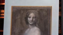 Lukisan 'Monna Vanna' atau dikenal dengan 'Mona Lisa Telanjang' ditunjukkan di Museum Conde, Chantilly, Prancis, Senin (11/3). 'Monna Vanna' diyakini diselesaikan di studio Da Vinci, kemungkinan besar adalah karya sang maestro. (Kenzo Tribouillard/AFP)