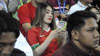Penyanyi Via Vallen menyaksikan laga Vietnam vs Indonesia di matchday ketiga Piala AFF U-16 2018 di Stadion Gelora Delta, Sidoarjo, Kamis (2/8/2018). (Bola.com/Aditya Wany)