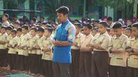 Selain mengibarkan bendera setengah tiang sebagai simbol berduka cita, ratusan siswa SD AL Islah Gorontalo juga menggelar salat gaib atas wafatnya BJ Habibie. (Liputan6.com/ Andri Arnold)