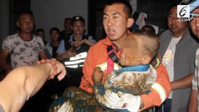Penyelamatan dramatis dilakukan petugas pemadam kebakaran di China saat dua orang bocah terjebak di dalam septic tank.
