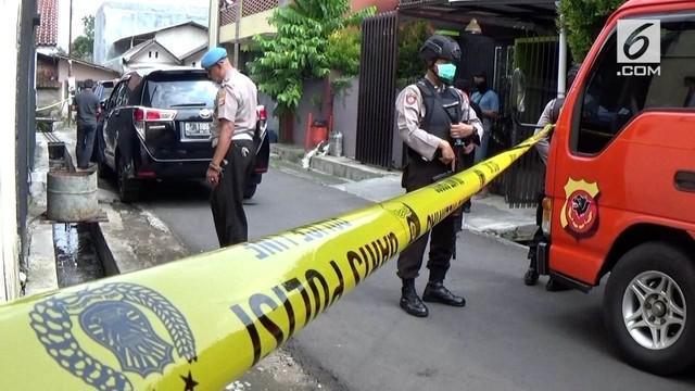 Densus 88 menggeledah rumah terduga teroris di Tasikmalaya, Jawa Barat.