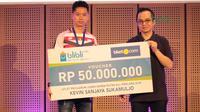 Kevin Sanjaya menerima Kevin juga menerima voucher senilai Rp. 50 juta dari Blibli.com di Galeri Indonesia Kaya, Grand Indonesia, Jakarta (28/3/2018). (Bola.com/Nick Hanoatubun)