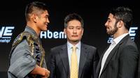 Aung La N Sang (kiri) mengharumkan Myanmar di ONE Championship. (Liputan6.com/Edu Krisnadefa)