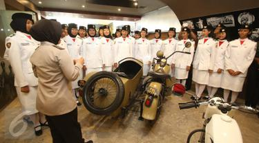 Pasukan pengibar bendera pada HUT RI ke-71 mengunjungi Museum Polri, Jakarta, (19/8). 68 anggota Paskibraka dari 34 provinsi tersebut mengunjungi kompleks Mabes Polri untuk mengetahui gambaran sejarah dan kinerja polisi. (Liputan6.com/Immanuel Antonius)