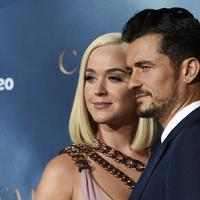 """Penyanyi Katy Perry berpose dengan pacarnya Orlando Bloom saat menghadiri pemutaran perdana untuk serial televisi """"Carnival Row"""" di Los Angeles, California, AS (21/8/2019). (AP Photo/Chris Pizzello)"""