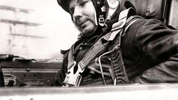 Yuri Gagarin berangkat dengan pesawat luar angkasa Vostok 1. Ia lalu berada di orbit Bumi selama 108 menit. (Yahoo)