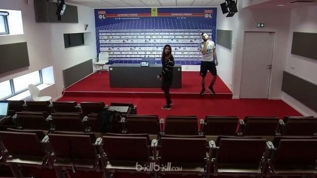 Berita video momen menarik ketika pemain Lyon, Lucas Tousart, sendirian menghadapi aksi boikot jurnalis saat konferensi pers jelang pertandingan. This video presented by BallBall.