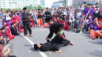 Sekitar 1000 pendekar memadati Bundaran HI untuk merayakan Lebaran Pendekar Betawi 2016, Jakarta, Minggu (7/8). Kegiatan diisi dengan sejumlah aksi pencak silat oleh beberapa pendekar. (Liputan6.com/Angga Yuniar)