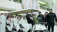 Raja Arab Saudi Salman Bin Abdulaziz Al Saud saat mengunjungi lokasi jatuhnya crane di Masjidil Haram, Kota Mekah, Arab Saudi. Raja akan terus menginvestigasi dan menyelidiki jatuhnya crane. (REUTERS/ Bandar al-Jaloud)