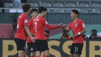 Kapten Timnas Korea Selatan Son Heung-min memberi selamat kepada Hwang Hee-chan usai merobek gawang Bahrain pada laga 16 besar Piala Asia 2019 di Rashid Stadium, Selasa (22/1/2019). (AP Photo/Kamran Jebreili)