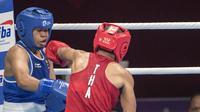 Petinju asal Indonesia Huswatun Hasanah gagal melangkah ke final setelah dikalahkan Sudaporn Seesondee asal Thailand di babak semifinal kelas ringan (57-60 kg) Asian Games 2018 di JIExpo Kemayoran Jakarta, Jumat (31/8/2018). (Bola.com/Peksi Cahyo)