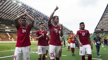 Kapten Timnas Indonesia, Hansamu Yama, mengajak rekan-rekannya menyapa suporter usai laga SEA Games melawan Thailand di Stadion Shah Alam, Selangor, Selasa (15/8/2017). Kedua negara bermain imbang 1-1. (Bola.com/Vitalis Yogi Trisna)