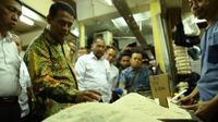 Menteri Pertanian Andi Amran Sulaiman melakukan sidak di pasar induk dan pasar eceran untuk memantau stok dan harga beras.