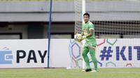 Kiper Perseru Badak Lampung FC, Daryono, saat melawan Bhayangkara FC pada laga Liga 1 2019 di Stadion Patriot, Bekasi, Jumat (16/8). Bhayangkara FC takluk 0-1 dari Badak Lampung FC. (Bola.com/M Iqbal Ichsan)