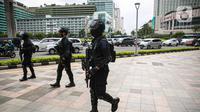 Sejumlah anggota satuan Brimob bersiaga di kawasan Bundaran HI, Jakarta, Kamis (1/4/2021). Pasca penyerangan yang terjadi di Mabes Polri, aparat kepolisian memperketat penjagaan dan pengamanan di ruang publik ibu kota. (Liputan6.com/Faizal Fanani)
