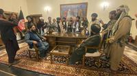 Pejuang Taliban menguasai Istana Kepresidenan Afghanistan di Kabul, Afghanistan, Minggu (15/8/2021). Taliban menduduki Istana Kepresidenan Afghanistan setelah Presiden Afghanistan Ashraf Ghani melarikan diri dari negara itu. (AP Photo/Zabi Karimi)