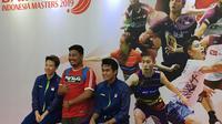 Ganda campuran Indonesia, Liliyana Natsir dan Tontowi Ahmad, berfoto bersama penggemar dalam sesi Meet and Greet di sela-sela Indonesia Masters 2019. (Bola.com/Benediktus Gerendo Pradigdo)