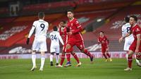 Pemain Liverpool Roberto Firmino (tengah) melakukan selebrasi usai mencetak gol ke gawang Leicester City pada pertandingan Liga Premier Inggris di Stadion Anfield, Liverpool, Inggris, Sabtu (22/11/2020). Liverpool menang 3-0. (Laurence Griffiths/Pool via AP)