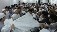 Umat muslim mengurus jenazah KH Maimun Zubair atau Mbah Moen usai dimandikan di Masjid Muhajirin Khalidiyah, Makkah, Arab Saudi, Selasa (6/8/2019). Jenazah Mbah Moen disemayamkan usai dimandikan di Masjid Muhajirin Khalidiyah Makkah. (Liputan6.com/HO/Baharuddin/MCH)