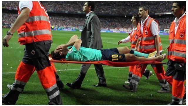 Lionel Messi menjadi pemain yang sulit dihentikan, kerap kali lawan perlu cara kasar untuk hentikan pergerakan La Pulga. Berikut 5 tekel horor yang pernah coba hentikan Lionel Messi.