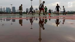 Sejumlah warga bermain sepak bola di kawasan Monas, Jakarta, Rabu (30/1). Kawasan Monas menjadi tempat favorit warga Ibu Kota untuk berolahraga. (Bola.com/M Iqbal Ichsan)