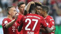 Para pemain Bayern Munchen merayakan gol ke gawang Eintracht Frankfurt pada laga Piala Super Jerman, di Commerzbank Arena, Frankfurt, Minggu (12/8/2018). (AFP/Daniel Roland)