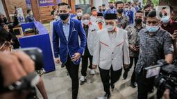 Ketua Umum Partai Demokrat (PD) Agus Harimurti Yudhoyono (kiri) berbincang dengan Presiden Partai Keadilan Sejahtera (PKS) Ahmad Syaikhu (tengah) di kantor DPP Partai Demokrat, Jakarta, Kamis (22/4/2021). (Liputan6.com/Faizal Fanani)
