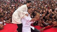Jokowi dan Iriana wefie di tengah kerumunan warga Dumai. (dok. Instagram @jokowi/https://www.instagram.com/p/BveKfbCgzg6/Putu Elmira)