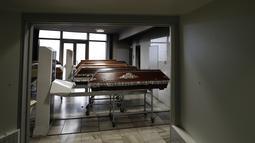 Peti mati dipersiapkan untuk dibakar di krematorium di sebuah krematorium di Ostrava, Republik Ceko pada 7 Januari 2021. Krematorium terbesar di Ceko dan satu-satunya di wilayah itu telah kewalahan dalam mengkremasi jasad-jasad korban COVID-19 yang terus bertambah. (AP Photo/Petr David Josek)