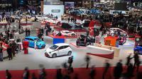 Suasana pameran Geneva International Motor Show ke-88 di Jenewa, Swiss (6/3). Pameran ini menghadirkan lebih dari 180 peserta dan lebih dari 110 pertunjukan perdana dunia dan Eropa. (Cyril Zingaro/Keystone via AP)
