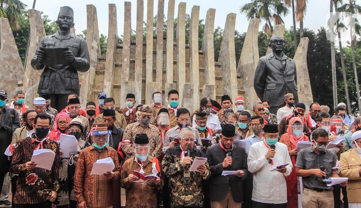 Deklarator membacakan hasil maklumat deklarasi Koalisi Aksi Menyelamatkan Indonesia (KAMI) di Tugu Proklamasi, Jakarta, Selasa (18/8/2020). Dalam deklarasi ini sejumlah tokoh hadir dan ikut menjadi deklarator maklumat menyelamatkan Indonesia. (Liputan6.com/Faizal Fanani)