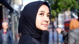 Laudya Cynthia Bella juga sering memadukan busana saat berlibur. Kali ini, pemain film Surga Yang Tak Dirindukan itu tampil memesona dengan blazer hitam yang dipadukan dengan hijab senada. Ia terlihat memesona dan anggun.(Liputan6.com/IG/@laudyacynthiabella)
