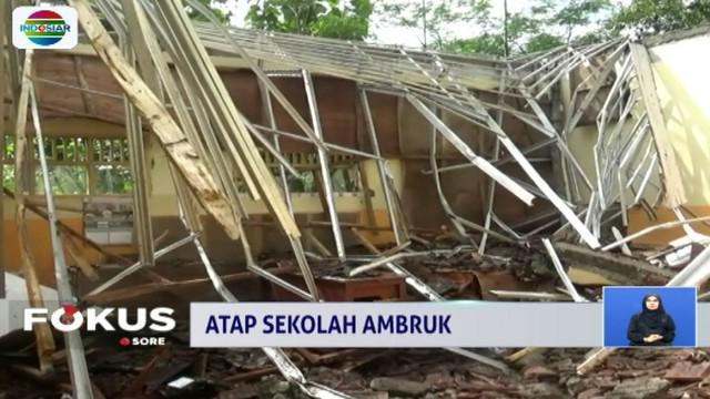 Akibat hujan deras disertai angin, beberapa ruangan tiga kelas di SD Negeri Palang Besi 2, rusak.