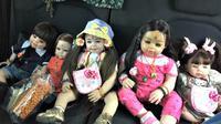 Bagi penerbangan ini, sebuah boneka berkekuatan gaib diperlakukan seperti penumpang anak-anak.