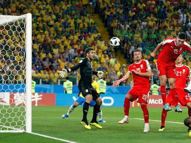 Bek Brasil, Thiago Silva menyundul bola saat bertanding melawan Serbia pada grup E Piala Dunia 2018 di Stadion Spartak, Moskow, Rusia (27/6). Brasil menang 2-0 atas Serbia dan melaju ke babak 16 besar dengan poin 7. (AP Photo/Rebecca Blackwell)