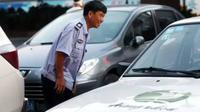 Meski bergelimangan harta, namun Chen Jibiao menikmati pekerjaannya sebagai penjaga kendaraan milik orang lain.