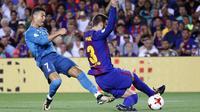 Aksi Ronaldo melewati adangan pemain FC Barcelona, Gerard Pique (kanan) pada laga Supercup Spanyol di Camp Nou stadium, Barcelona, (13/8/2017). Real Madrid menang 3-1. (AP/Manu Fernandez)