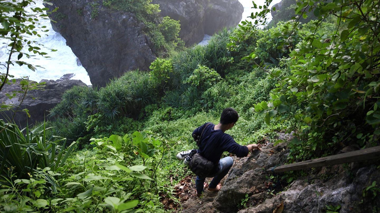 Tebing Curam Menjadi Jalur yang Harus Dituruni Menuju Gua Langse (Liputan6.com/Balgoraszky Arsitide Marbun)