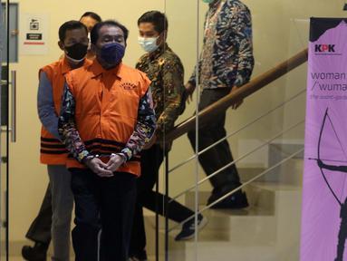 Bupati Banjarnegara periode 2017-2022, Budhi Sarwono (depan) jelang rilis penetapan tersangka dan penahanan di Gedung KPK Jakarta, Jumat (3/9/2021). Budhi Sarwono diduga meminta fee dari sejumlah perusahaan yang mendapat paket pengerjaan infrastuktur. (Liputan6.com/Helmi Fithriansyah)