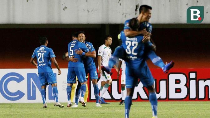 Para pemain Persib Bandung merayakan gol kedua yang dicetak oleh striker Wander Luiz (tengah) ke gawang Persebaya Surabaya dalam laga perempatfinal Piala Menpora 2021 di Stadion Maguwoharjo, Sleman, Minggu (11/4/2021). Persib menang 3-2 atas Persebaya. (Bola.com/M Iqbal Ichsan)