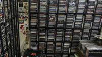 """Pecinta musik memilah Piringan Hitam, CD, dan Kaset pita di toko """"Wow Record Store"""", Blok M Squere, Jakarta, Jumat (12/3/2021). Pedagang Piringan Hitam, CD, dan Kaset Pita ini bertahan ditengah Perkembangan era digital dan Pandemi. (Liputan6.com/Johan Tal"""