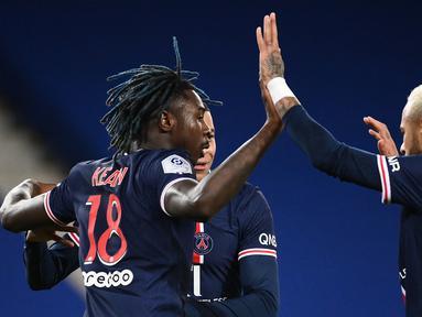 Trio striker Paris Saint-Germain, Moise Kean (kiri), Kylian Mbappe (tengah) dan Neymar, merayakan gol kedua yang dicetak Moise Kean dalam laga lanjutan Liga Prancis 2020/21 melawan Bordeaux di Parc de Princes Stadium, Sabtu (28/11/2020). PSG dan Bordeaux bermain imbang 2-2. (AFP/Franck Fife).