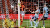Pemain Belanda Luuk de Jong (tengah) mencetak gol ke gawang Irlandia Utara pada laga kualifikasi Euro 2020 di Rotterdam, Belanda, Kamis (10/10/2019). Belanda menang 3-1 dengan dua gol di antaranya dicetak Memphis Depay. (AP Photo/Peter Dejong)