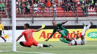 Duel Persebaya vs PSS di Stadion Gelora Bung Tomo, Surabaya, Selasa (29/10/2019). (Bola.com/Aditya Wany)