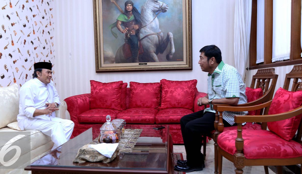 Politikus Partai Persatuan Pembangunan (PPP), Abraham Lunggana atau akrab disapa Lulung berbincang dengan dengan Ketua Umum Partai Idaman, Rhoma Irama di kediamannya di Jalan Pondok Jaya VI, Mampang, Jakarta Selatan (18/3). (Liputan6.com/Gempur M Surya)
