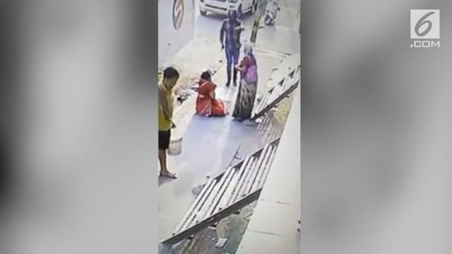 Aksi perampokan menggunakan senjata terjadi di New Delhi , India. Pelaku menodongkan senjata dan merampas kalung seorang wanita.