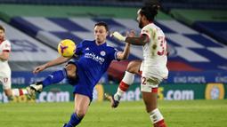 Bek Leicester City, Jonny Evans (kiri) berebut bola dengan gelandang Southampton, Theo Walcott dalam laga lanjutan Liga Inggris 2020/21 pekan ke-18 di King Power Stadium, Sabtu (16/1/2021). Leicester City menang 2-0 atas Southampton. (AFP/Rui Vieira/Pool)