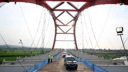Kendaraan pemudik melintasi Jembatan Kali Kuto di ruas tol fungsional Batang-Semarang, Gringsing, Batang, Jateng, Rabu (13/6). Jembatan dioperasikan bertujuan untuk mengurai kemacetan di exit tol fungsional Gringsing, Kendal. (Liputan6.com/Arya Manggala)